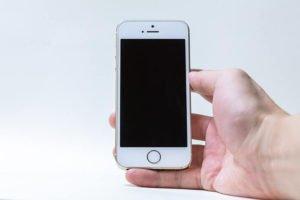 iPhoneを持っている写真
